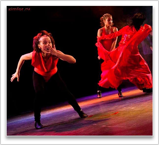 Девушки в стремительном танце