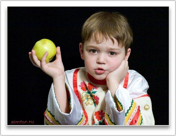 Фотопортрет мальчика с яблоком
