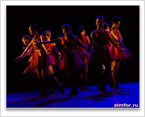Девушки танцуют современный танец