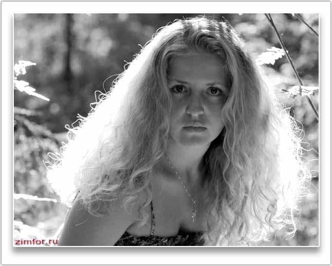 Портрет юной девушки в лесу в контровом свете