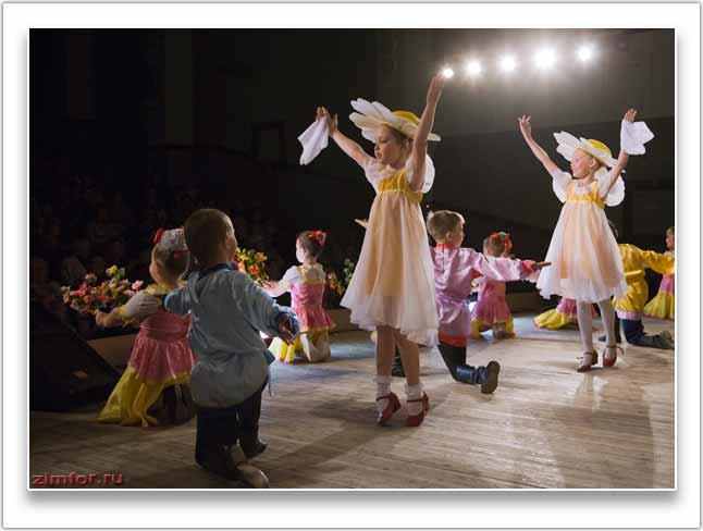 Детский танец на сцене